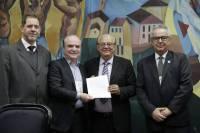 Acordo assinado pelo presidente da AMIG, Vitor Penido e por Wilson Brumer, representante do presidente do IBRAM